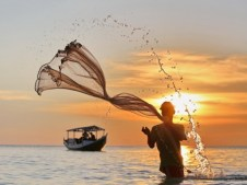 Sulawesi du Sud, en Indonésie - Un pêcheur s'affaire non loin du village de Bira.