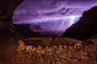 """Utah, aux États-Unis - """"J'ai randonné jusqu'à ces ruines, de nuit, en espérant pouvoir les photographier avec la Voie lactée en arrière-plan. Mais à la place, j'ai été surpris par un orage qui donne à la scène cet effet dramatique."""" — Max Seigal"""