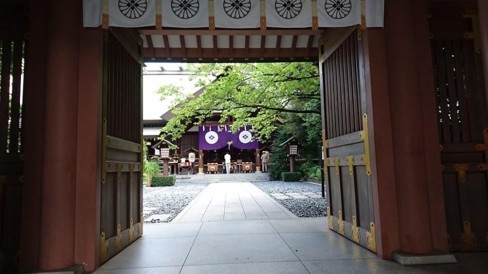 東京大神宮。神門から見る拝殿