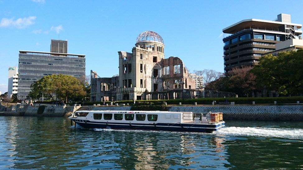 原爆ドーム前を航行する世界遺産航路