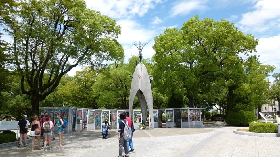 平和記念公園内にある原爆の子の像