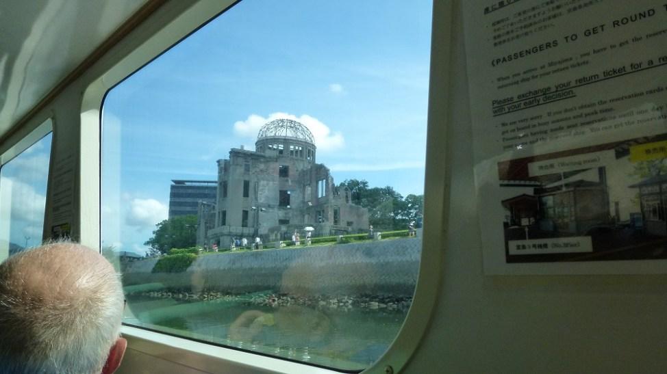 ひろしま世界遺産航路の船内から見る原爆ドーム