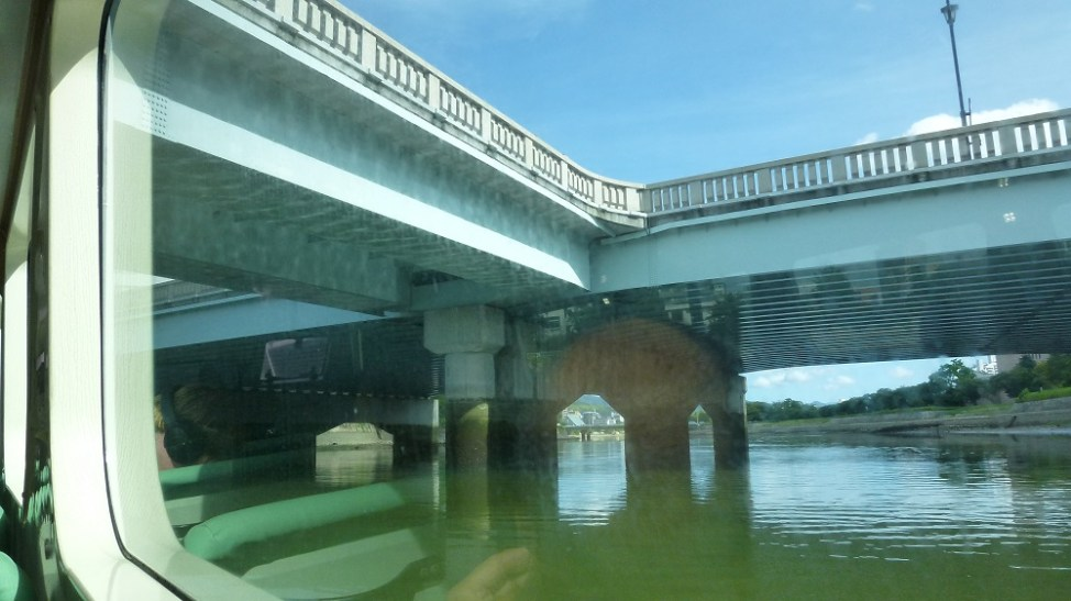 相生橋をひろしま世界遺産航路の船内から見たところ