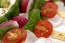 Salada no Espeto com Mussarela de Búfala, Tomate Cereja e Rabanete