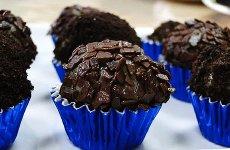 Brigadeiro de Biscoito de Chocolate com Recheio de Baunilha