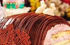Ovo de Páscoa Gourmet Recheado com Bolo de Chocolate, Trufa Branca e Trufa Bicho de Pé
