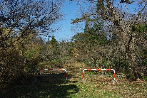 入り口の赤白フェンス