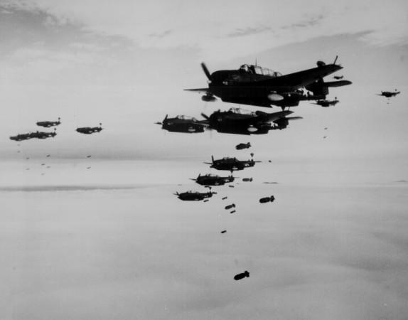 函館を爆撃する空母エセックス艦載機のグラマンとカーチス