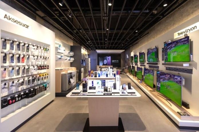 """Samsung Kanyon AVM içerisinde neler yapacağıyla ilgili bilgiler geçtiğimiz dönemde dilden dile konuşuşuyordu. Hatta bir mağaza üzerinde Samsung logosu ile """"çok yakında hizmetinizdeyiz"""" yazısı birçok kişiyi heyecanlandırmıştı. Sıra geldi açılışa..."""