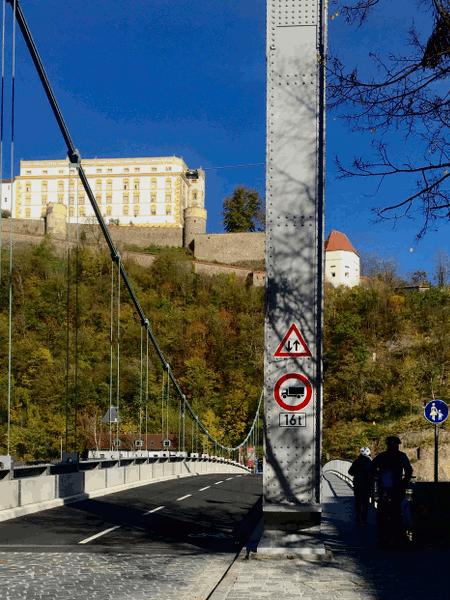 após a chegada, atravessa a ponte Prinzregent-Luitpold em Passau