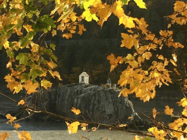 der Donauradweg beim Jochenstein, einer Felsinsel in der Donau