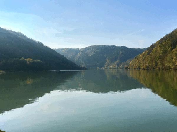 Der Donauradweg ganz nah am Wasser bei Untermühl