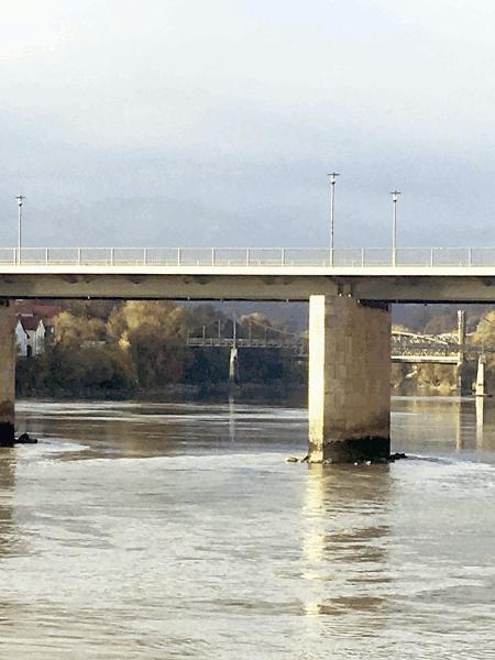 """Die Marienbrücke, oft """"Innbrücke"""" genannt, ist eine zweispurige Straßenbrücke. Sie verbindet die Altstadt von Passau an der Donau und Inn mit dem Stadtteil Innstadt rechts des Inns. Die erste Brücke wurde 1143 als hölzerne Jochbrücke erbaut, um den Reisenden die Gefahren einer Überfahrt über den reissenden Strom zu ersparen. Die Brücke ist Teil der als Strasse der Kaiser und Könige bezeichnete Strecke von Regensburg bis Budapest. Der Brand von 1662 und Hochwässer erforderten dass diese Brücke mehrfach erneuert wurde. 1846 wurde ein Brückenneubau, zu Ehren von König Ludwig I. als """"Ludwigsbrücke benannt, in Betrieb genommen .Ende des zweiten Weltkriegs wurde die Brücke gesprengt. Bald danach wurde sie wieder hergestellt und 1947 eröffnet."""