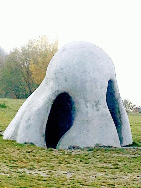 Bei der Anlegestation der Donau Rollfähre in St. Lorenz, mitten in der Wachau, ragt eine überdimensional grosse Nase aus dem Boden. Inzwischen ist sie ein echtes Wahrzeichen.
