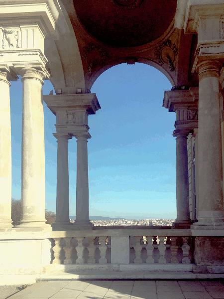 """Die Gloriette ist Teil der Gartenanlage von Schloss Schönbrunn. Einen wunderbaren Ausblick ,weit über die Hauptstadt Wien, können wir von hier aus geniessen. Die Gloriette wurde im Jahr 1775 als """"Ruhmestempel"""", erbaut. Für Kaiser Franz Joseph I. diente sie als Frühstückszimmer. Bis zum Ende der Monarchie wurde dieser Saal der Gloriette als Fest- und Speisesaal genutzt."""