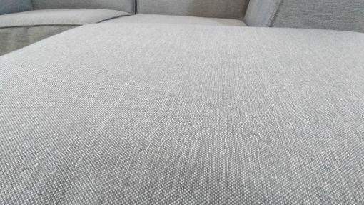 Textura de tela. Sofá modular pequeño (2 plazas) de color gris más puf - Modules