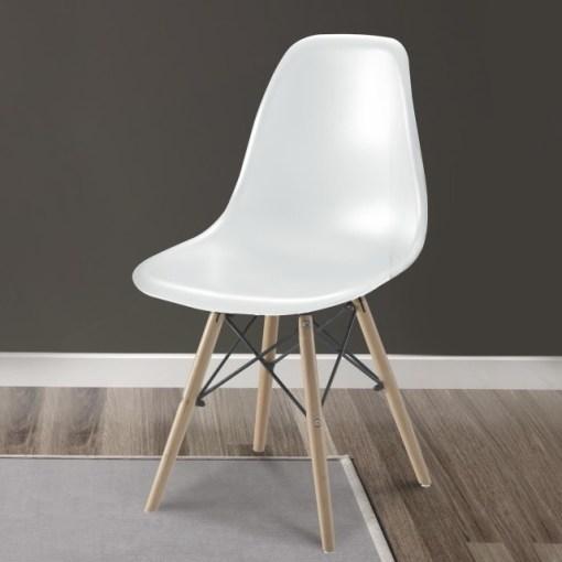 Silla blanca ergonómica con patas de madera y soportes metálicos - Bergen