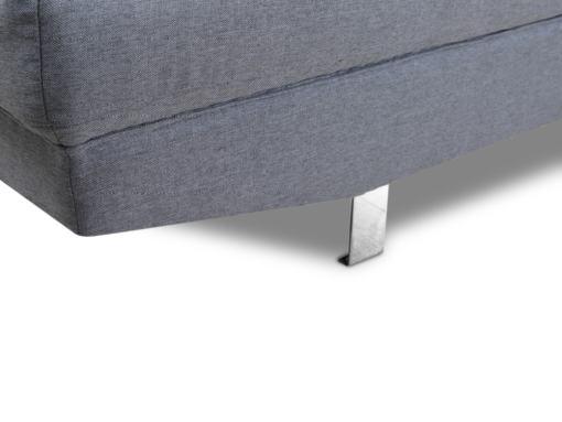 Patas cromadas y tela cerca. Sofá rinconera con reposacabezas reclinables modelo Pamplona