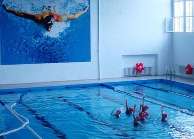 Бассейн открывала группа синхронного плавания из Донецка.