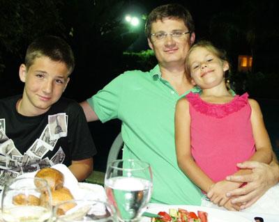 Игорь Кондратюк с сыном Даниилом и дочерью Полиной.