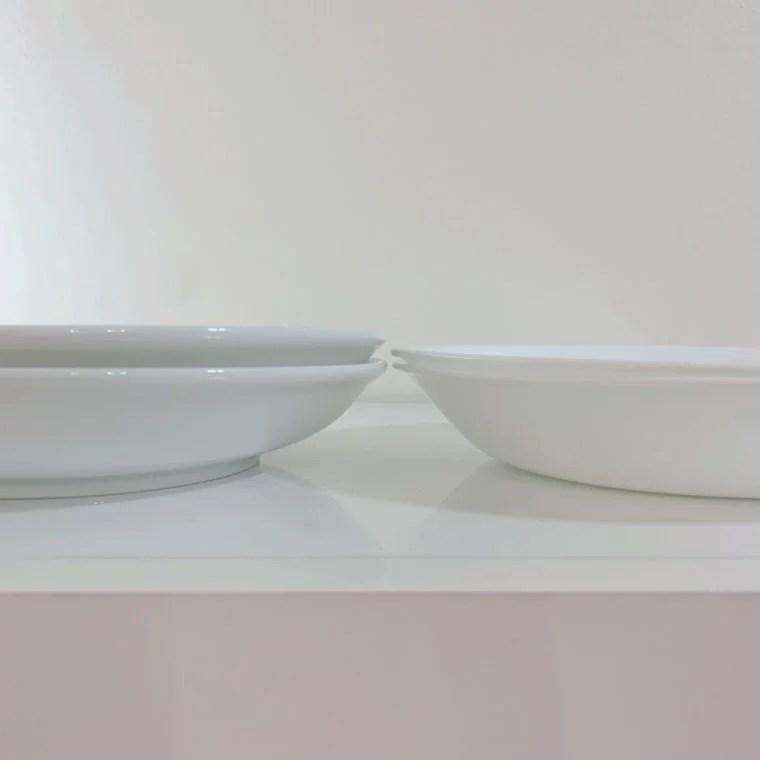 コレールと磁器製のお皿を並べた画像