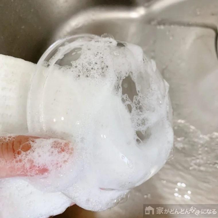 キッチン用アミタワシでお皿を洗っている