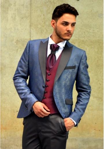 traje-de-novio-azul-brocado-chaleco-granate-500x717