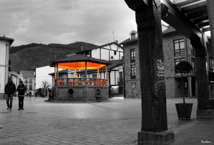 """La plaza del kiosko de Ezcaray"" por Donibane"