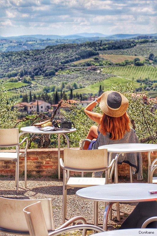 Mujer mirando la toscana por Donibane