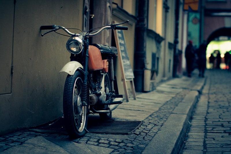 Aparcar moto en la acera. Multa moto