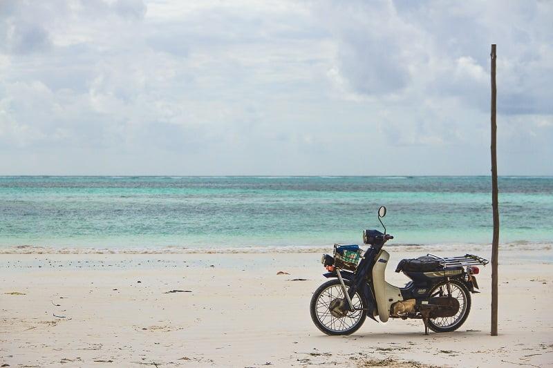 Aparcar moto playa multa