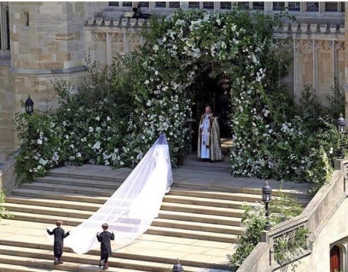 To every Mum of every little girl everywhere... This is the photo they need to see. Meghan Markle standing alone at the wedding. Royal wedding