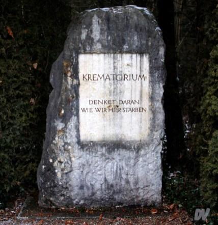 La lapide originale dell'entrata ai crematori