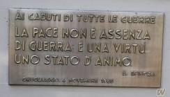 La stele del monumento.