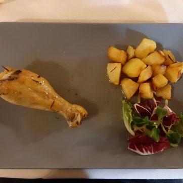 Coscetta di pollo con patate novelle e insalata
