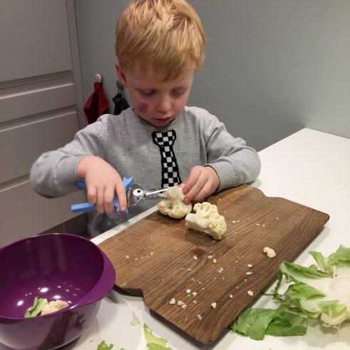 Johan hjælper i køkkenet