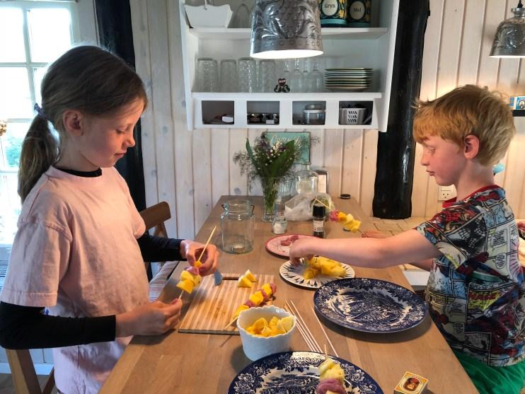 Rollingerne laver deres egne grillspyd med ananas, mango og svinemørbrad.