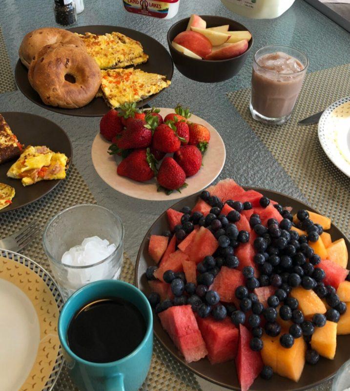 Morgenbord med masser af frugt