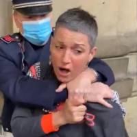 Passeggia senza mascherina, bloccata dalla polizia con mani al collo e arrestata