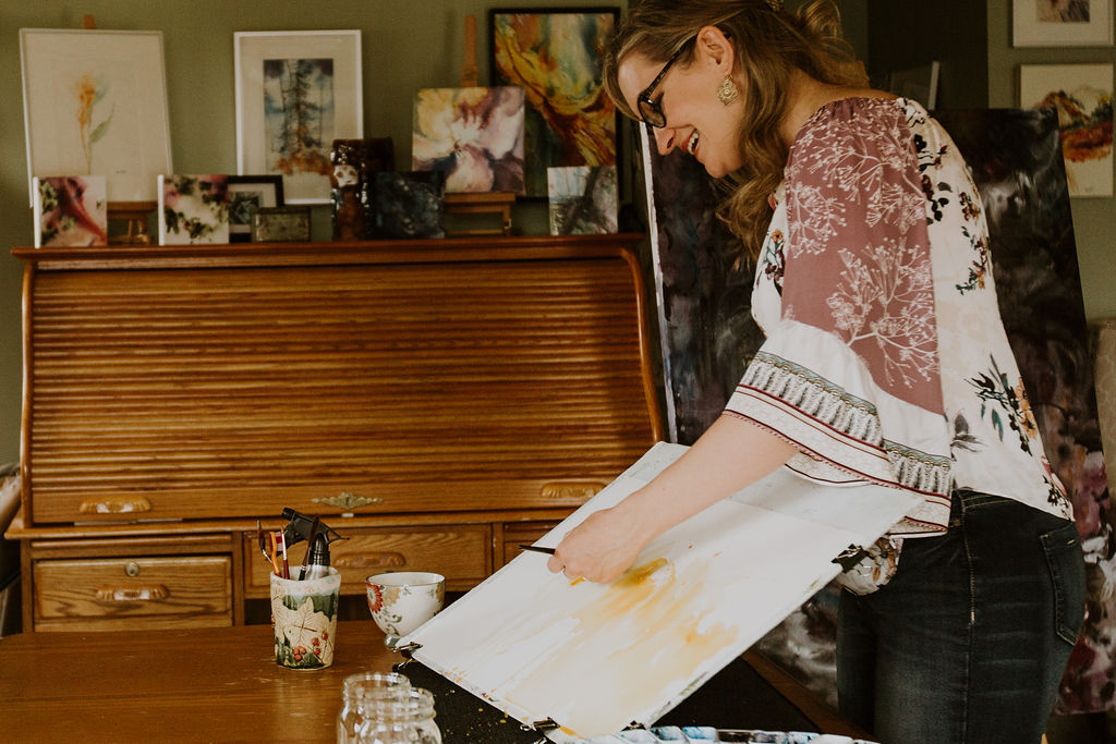 Photo of Angela Fehr painting with watercolor