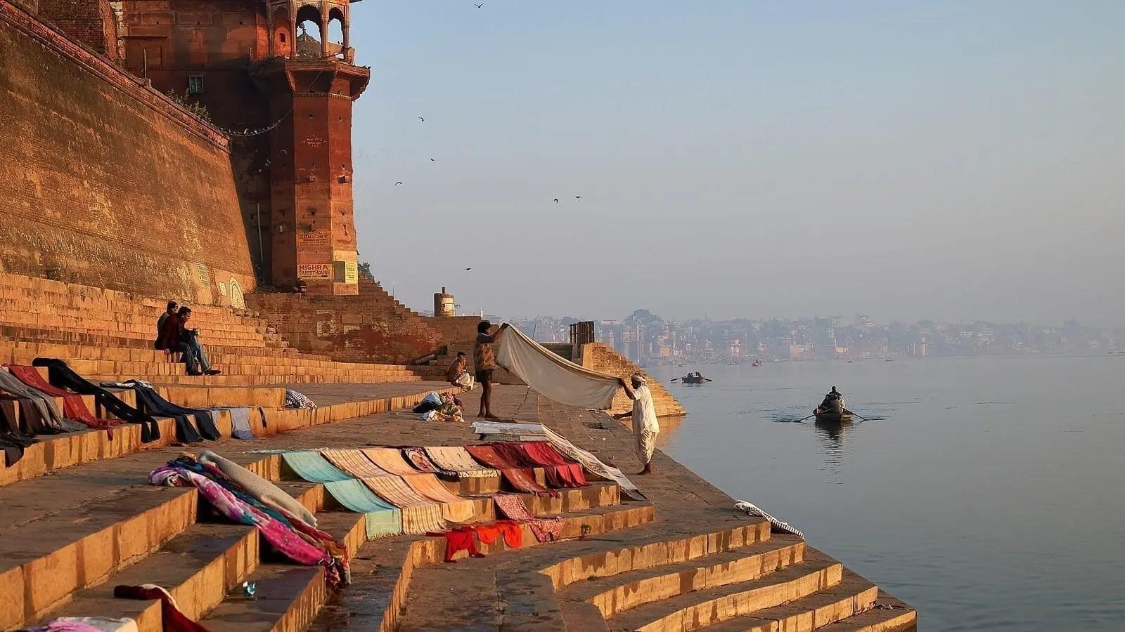 I ghat di Varanasi e il rito della cremazione