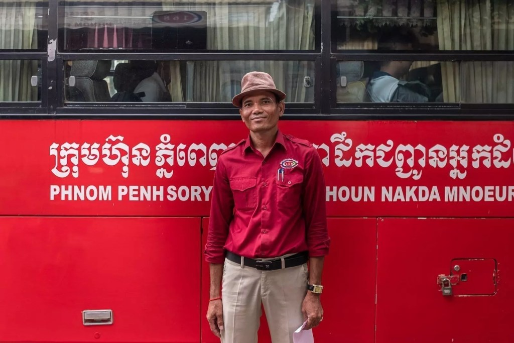Bus driver at Kampong Cham, Cambogia