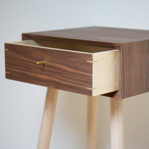 170529-bed_side_tabble_walnut_walnut_drawer_standing_3