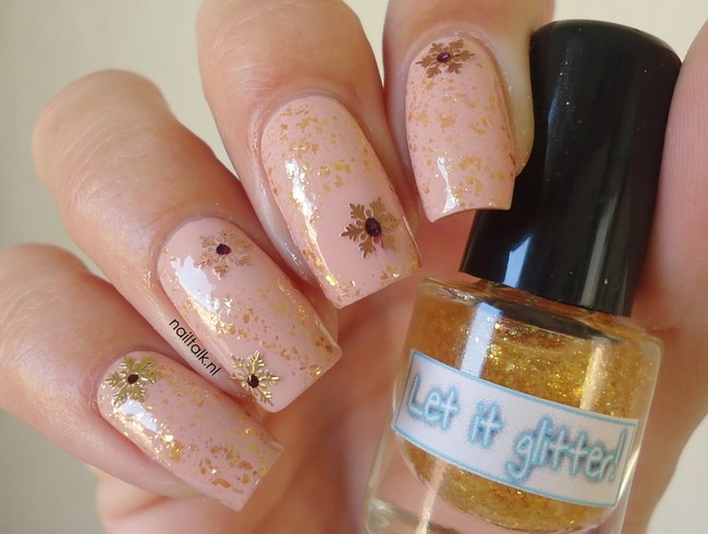 Almond snowflakes let it glitter nailart (2) 650 x 490