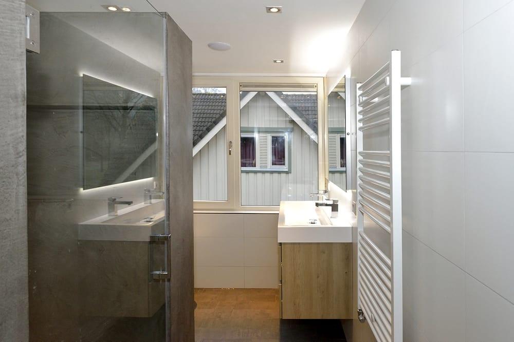 Moderen badkamer, met betonstuc kast