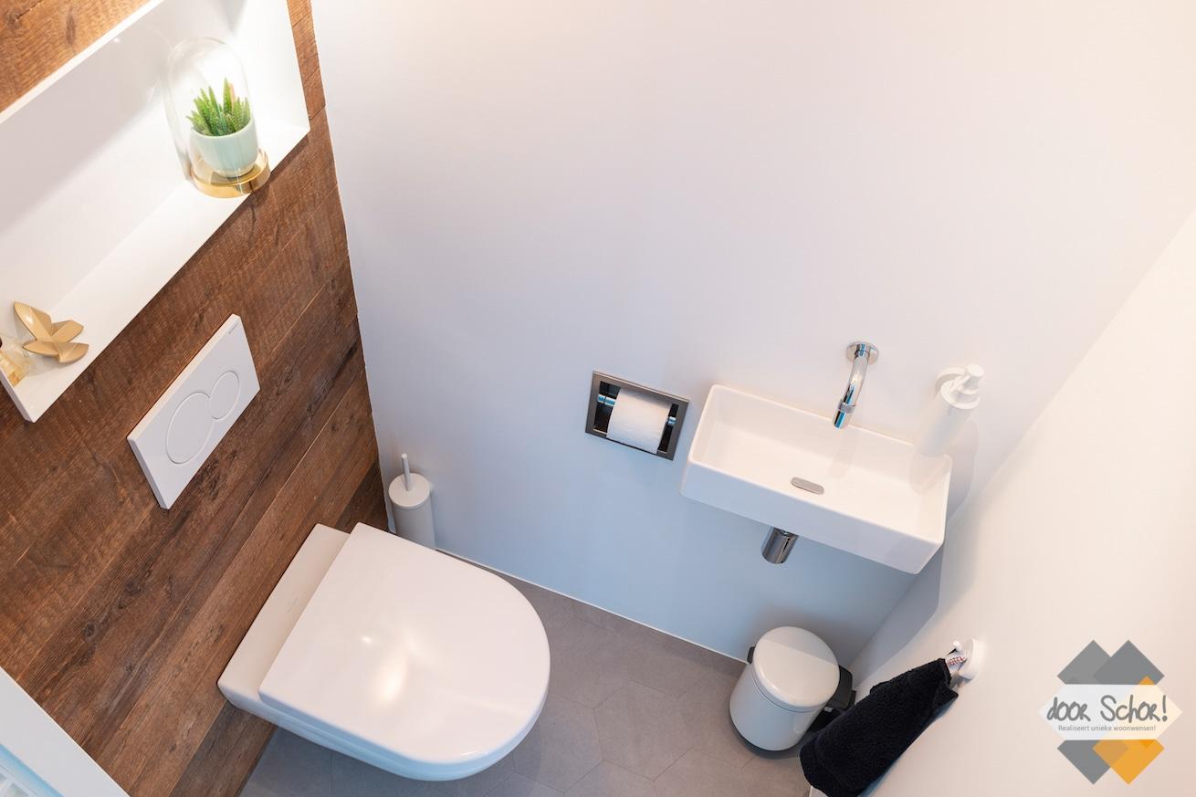 Toilet met houten wand