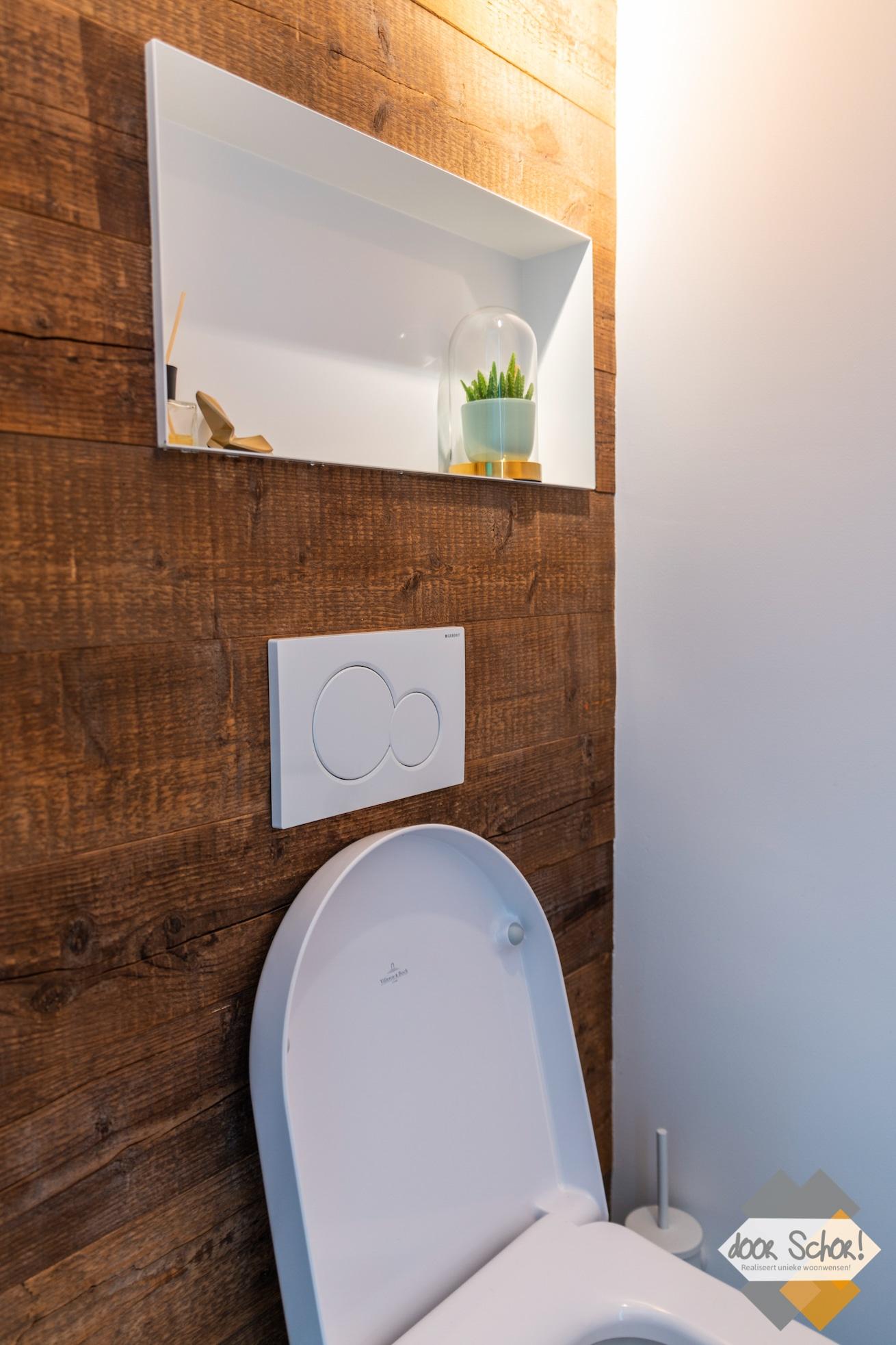 Houten wand in een toilet met een nisje