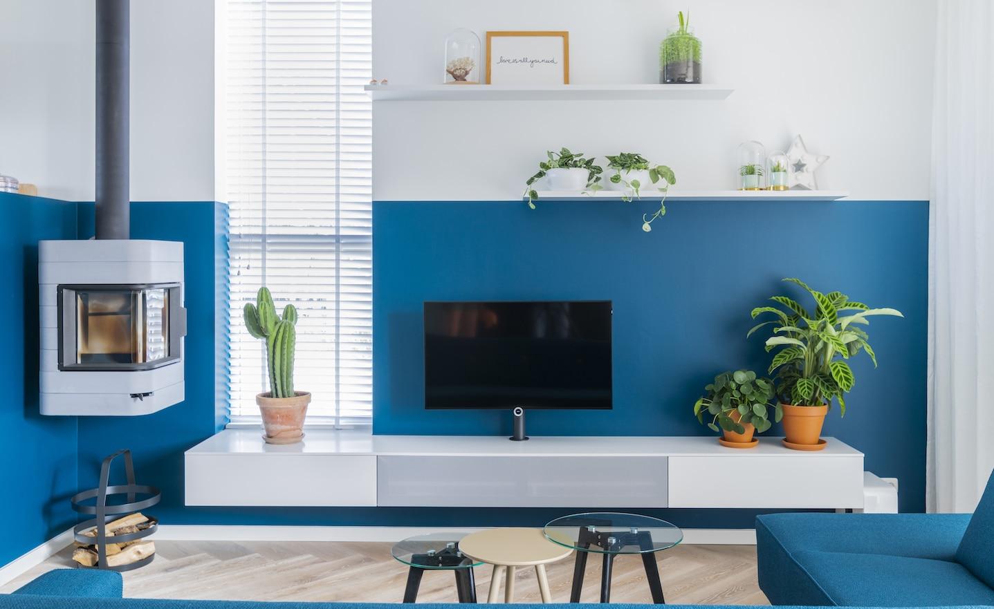 Blauw met witte muur met een maatwerk meubel en open haart