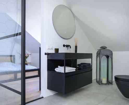 Een slaapkamer op zolder met een badkamer ensuite