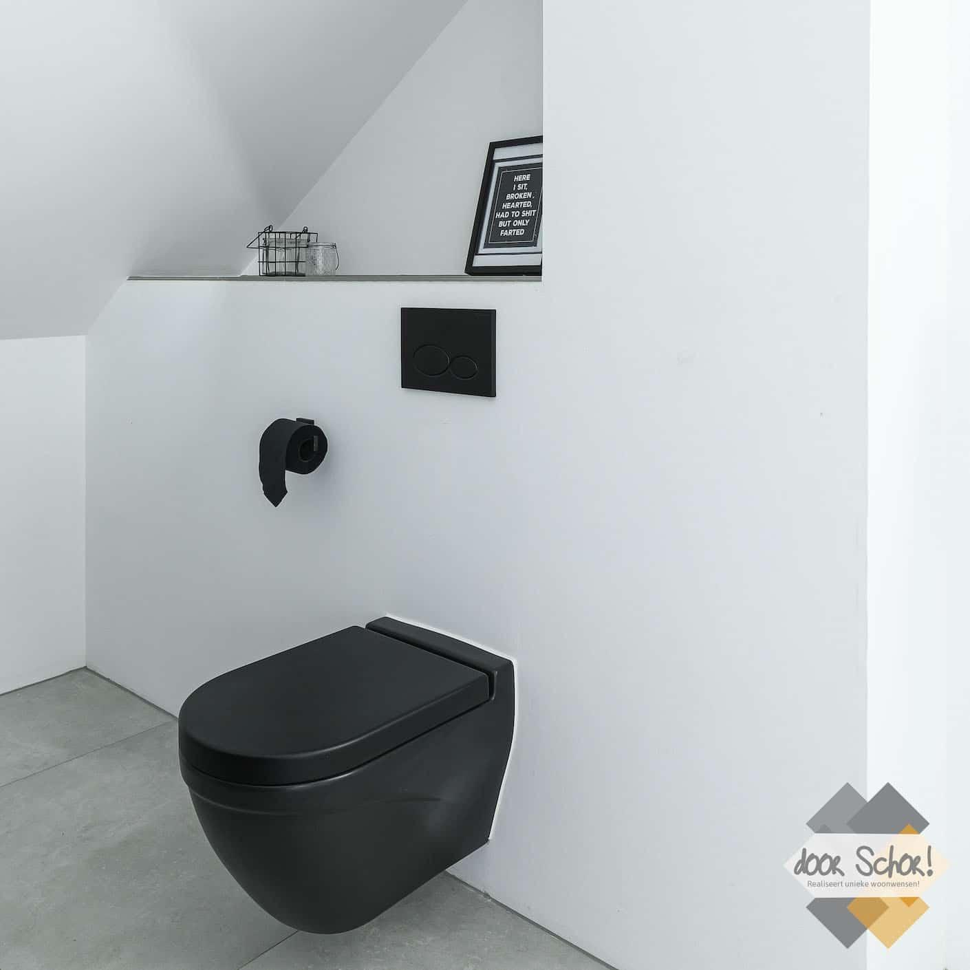 Zwart toilet met zwarte details zoals de toiletrolhouder